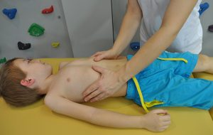 Masażleczniczy klatki piersiowej dziecka