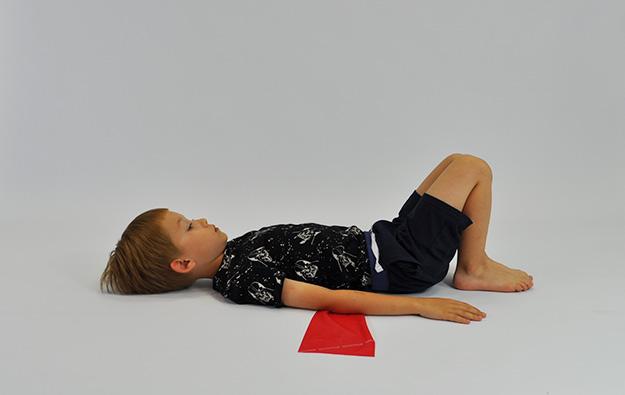 Ćwiczenia korekcyjne przedstawione poniżej mają charakter terapeutyczny i prowadzą do zmiany postawy. Rodzic wybierając poszczególne ćwiczenia dla swojego dziecka musi posiadać wiedzę na temat wady postawy jaką posiada dziecko (badanie przez lekarza lub fizjoterapeutę) oraz jakie grupy mięśni ma ono wzmacniać a jakie rozciągać. Ćwiczenia należy wykonywać 4-7 razy w tygodniu. Gimnastyka powinna trwać 15-20 minut. W pierwszej kolejności wykonujemy krótką rozgrzewkę, następnie wybieramy ćwiczenia o charakterze wzmacniającym a na końcu ćwiczenia rozciągające.  Oddziaływanie: wzmacnianie mięśni brzucha (mięsień prosty brzucha) Wskazania: plecy wklęsłe