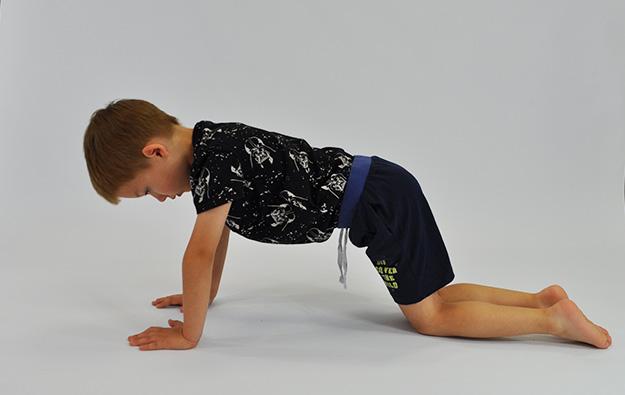 ćwiczenia na pośladki. Dziecko w klęku podpartym