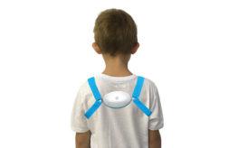 chłopiec odwrócony plecami z założonym pajączkiem
