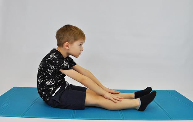 błędne wykonanie ćwiczenia rozciągającego tylnych mięśni ud.